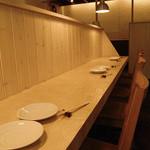 食酒処 桃 - カウンターを眺めるカップルシート、2人席。