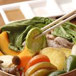 食酒処 桃 - 有機野菜と鶏肉でオーガニックな蒸し料理をご堪能下さい。