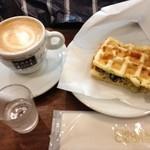 CAFE do CENTRO - カフェラテとツナとモッツァレラチーズのバジルポンフルサンド