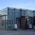 マザーリーフティースタイル - ガラス張りの店内からは大崎駅方面を見渡せます。 (2013年1月)