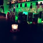 バー マグダレン - グリーンの照明とキャンドルで優しさを感じられます