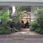 大手町カフェ - 木が壁の代わり。木立越しに店内が見えます。