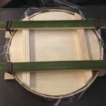 魚づ鱒寿し店 - 容器は4本の竹で、押し寿司状態になっている