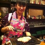 超レトロ焼肉桜坂 - お肉を焼いてくれる可愛い女の子