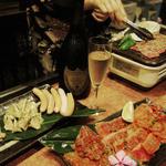 超レトロ焼肉桜坂 - カウンター越しにスタッフがお手伝い致します。