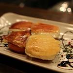鉄板焼さくら - 焼きチーズの二種盛り合わせ (2013/02)