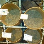 17109158 - 選べる豆がこうやってずらりと並んでいます。