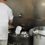 中華清林 - 厨房で餃子焼き中の店主