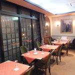 フランス菓子 スリジェ - レストランのようにテーブルクロスが敷かれた内装