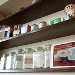 カフェ・ド・スタイル - 壁にはコーヒー豆や器具が