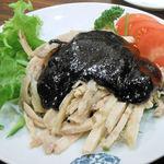 17125381 - まず、黒ゴマ棒棒鶏です。棒棒鶏は四川料理ですが、黒ゴマをかけるのはあまり見ないですね。オリジナルでしょうか。まずまずの味です。