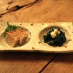 串駒 - 料理写真:お通し (鶏のつくね と ちぢみホウレン草