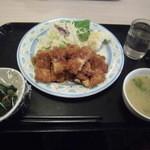レストランミューズ - びっくりチキンわらじカツ、小鉢、味噌汁