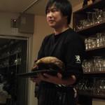 Cafe Lembeek - 店主の中村さんがラムの丸焼きを手に