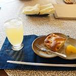 うさぎのしっぽ - りんごとバナナのケーキ(200円)&りんごジュース(300円)