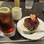 17133607 - 木苺のチョコレートケーキとアイスティー(レモン)