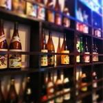 酒感処 ちょい - ●一升瓶が並ぶ壮観の店内。