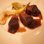 ビストロ キフキフ - 蝦夷鹿のロースト 下仁田ネギ添え ゴボウと赤ワインのソース。