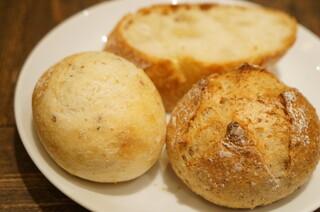 ラシーヌ - バケット、胡椒のパン、全粒粉のパン。