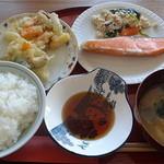 茶房 壺中天 - 日替定食:焼鮭とかき揚(コーヒー又はわらびもち付)800円