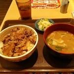 すき家 - 牛丼並、とん汁おしんこセット。