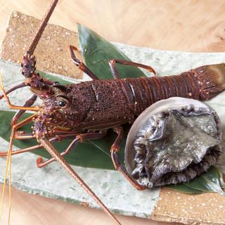 鮑、伊勢海老を始め各種魚介類も取り揃えております。