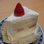 千年屋 - 料理写真:いちごのシフォンケーキ(330円)