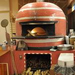 ルージュトマト - 薪で焼き上げるピッツァは独特の香りが楽しめます。