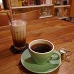 イリヤプラスカフェ - アイス・ミント・ココア(580円) と ブレンドコーヒー(450円)
