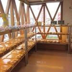 ヒトミベーカリー - 照明の美しい店内