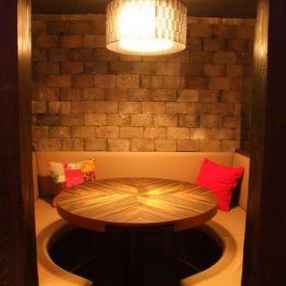 【ソファー席】女子会やプライベートな飲み会に最適な円卓半個室