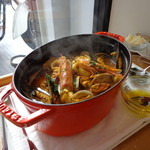 ビストロ ダイア - カサゴ、エビ、イカ、アサリ、ムール貝、タラで一杯