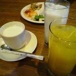 オレンジ・ピープル 海賊の宝物 - セットのドリンク(アイスミルク、ホットミルク、オレンジジュース)