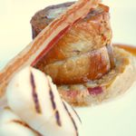 セリーズ by ゴードン・ラムゼイ - 豚バラ肉のじっくり煮込み 帆立貝のグリエ シュークルートのブレゼ添え ジュニパーベリーの香るジュで