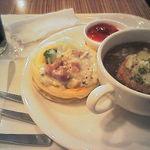17175228 - オニオングラタンスープとパンチェッタ&野菜のデニッシュ ドリンク付