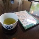 白玉饅頭 元祖 吉野屋 - 店内は販売だけでなく、カフェスペースがあります。
