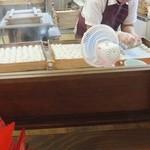 17176480 - 白玉を作る工程をガラス越しに見学。