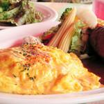 スパーゴ - 料理写真:【とろとろシーフードオムライス&デミグラスソースハンバーグ】ふわふわとろとろ卵の下に、海老、帆立、イカを贅沢に使いアメリケーヌソースで仕上げたシーフードピラフ。