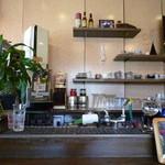 テイクファイブ - 老舗喫茶店ぽく、コーヒーカップが並んでます。