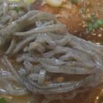 麺や 宝龍 - 胡麻を練り込んだ麺