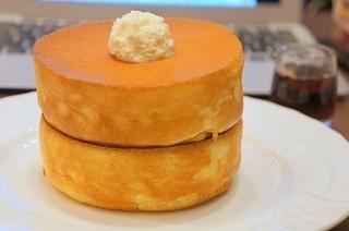 星乃珈琲店 109MEN'S店 - スフレパンケーキダブル(680円)めっちゃふわふわ。生地のやさしい甘みとメイプルシロップの濃厚な甘みとバターの塩加減が絶妙でした♪