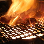 博多中洲ぢどり屋 - 当店自慢の【もも炭火焼き】は高温の炭火で一気に焼き上げます!だから外はカリッと中はレア♪