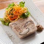 ピッツェリア ピッキ - 地鶏のコラーゲンのみで固めたキノコのテリーヌ。980円