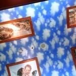 サイゼリヤ - 天井にはアンジェロが舞う