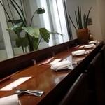 カッフェ・クラシカ - 少し奥行きのある カウンター席で、ゆったりとした感じで食事を…。