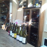ボータン - カウンターからワインを臨む