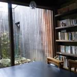 17196538 - 奥の小さな庭を眺めながら読書を