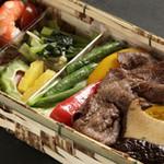17200059 - 旬野菜たっぷりの牛焼しゃぶ重                       2,100円・意外な程お手軽なお値段・お安いと思います。
