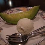 17201727 - デザートはメロンとバニラアイスです。