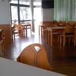 レストラン しゃくなげ - 里山風景を見下ろすレストランが1階、温泉が2、3階となる